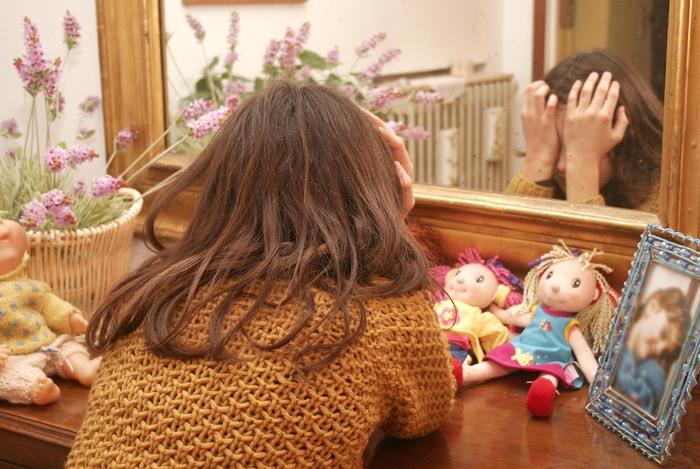Gira in casa film hard, le tolgono figli